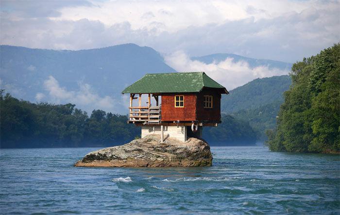 Дом посреди реки в Сербии