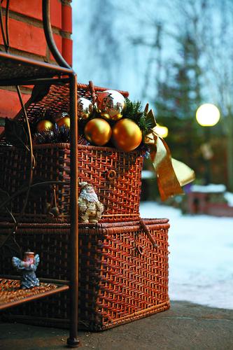 Новогодние игрушки и декорации для участка