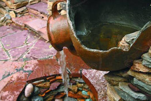 Эта композиция – своеобразный символ связи времен: вода, появляясь из чудом уцелевшего кувшина, напоминает об источнике древней цивилизации, но, плавно перетекая в пруд, выложенный из камня современны