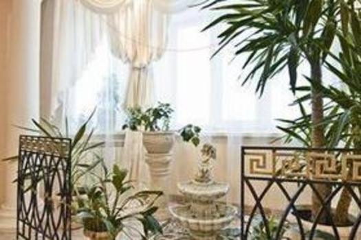 Главное достоинство гостиной – зимний сад, приподнятый на подиум.