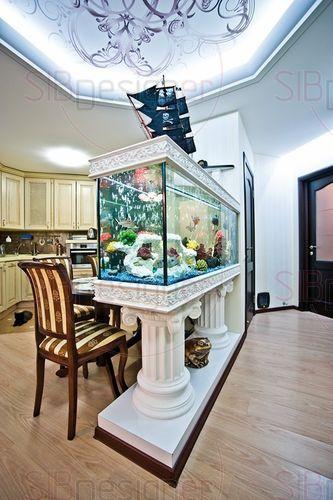 кухонное пространство объединено с прихожей и отгорожено большим аквариумом с пиратским кораблем
