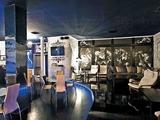 Создавая интерьер клуба, в котором по вечерам проходят театрализованные представления в стиле «бурлеск», важно было передать настрой этого жанра: раскрепощение и любовь к роскоши.