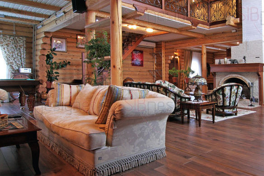Обстановка первого этажа в стиле эклектика: здесь присутствуют классические элементы, черты, характерные для стиля кантри, появляются даже акценты, которые можно отнести скорее к модерну. Например, яр