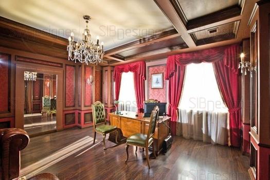 Английский стиль не терпит яркого света, поэтому в кабинете преобладает естественное освещение. А хрустальная люстра дает рассеянный, мягкий свет, игру которого удачно передает натяжной светопрозрачны