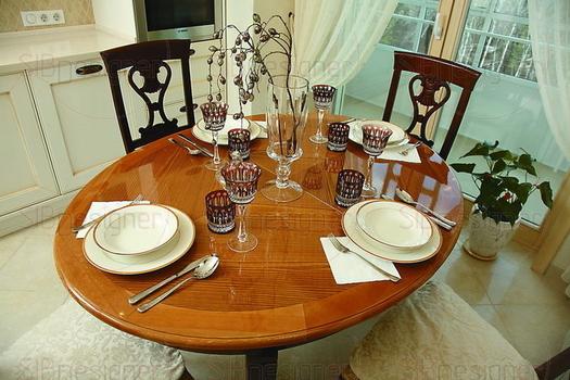 В этой семье существует традиция: собираться вместе за обедом и ужином. Круглый стол с изысканной лакированной столешницей, расположенный у большого окна с видом на прекрасный пейзаж, только способств