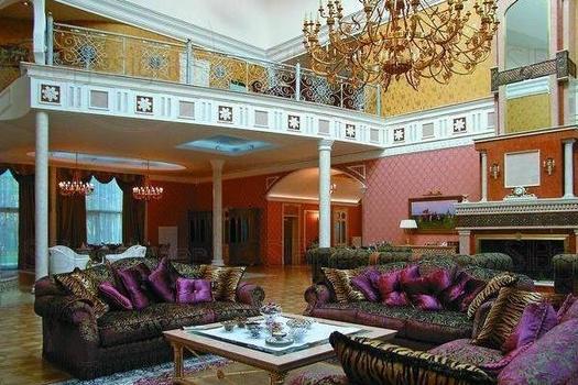 зал с камином и балконом