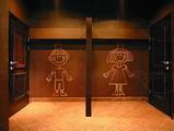 Оформление туалетных комнат «для принцев» и «для принцесс» обыграно красочными росписями.