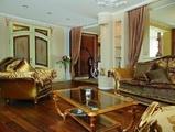 Гостиную и столовую связывает своеобразное «окно». При взгляде из одного помещения в другое складывается впечатление открытого занавеса перед сценой с декорациями