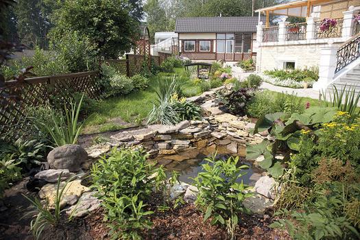 Среди посадок можно встретить как декоративно-лиственные растения (хосты, спиреи), так и зелень кустов, уже отбросивших пышные цветы: гортензии, лилейники, лапчатка, ирисы, пионы. Впрочем, и в августе