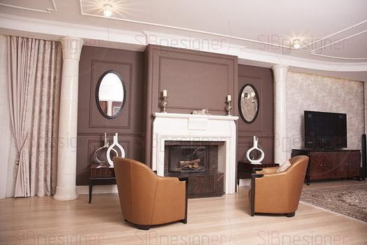 Оформление камина – центрального элемента гостиной – отсылает к неоклассическим канонам. Внимание привлекают и статные колонны, и объёмная отделка молдингами, и пары «отражённых» предметов интерьера,
