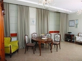 Заказчикам хотелось сохранить роскошную мебель итальянского дизайна, позволив ей заиграть по-новому – более современно и динамично