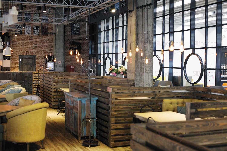 интерьер ресторана создает ощущение теплоты и уюта