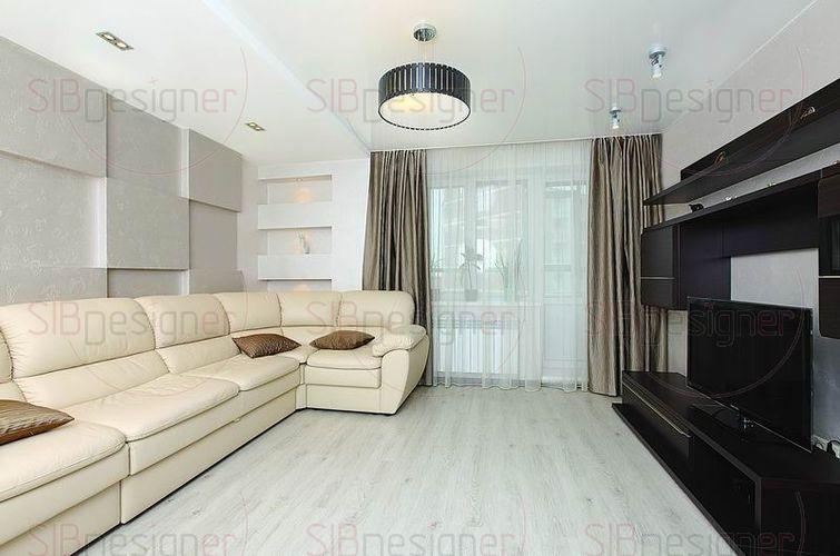 Большой кожаный диван бежевого цвета позволяет разместить сразу несколько человек, и при этом он не загромождает пространство.