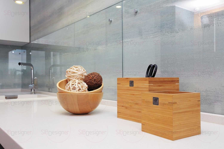 Зеркальная полоса, расположенная вдоль стены коридора, прилегающей к кухне, уравновешивает и расширяет пространство.