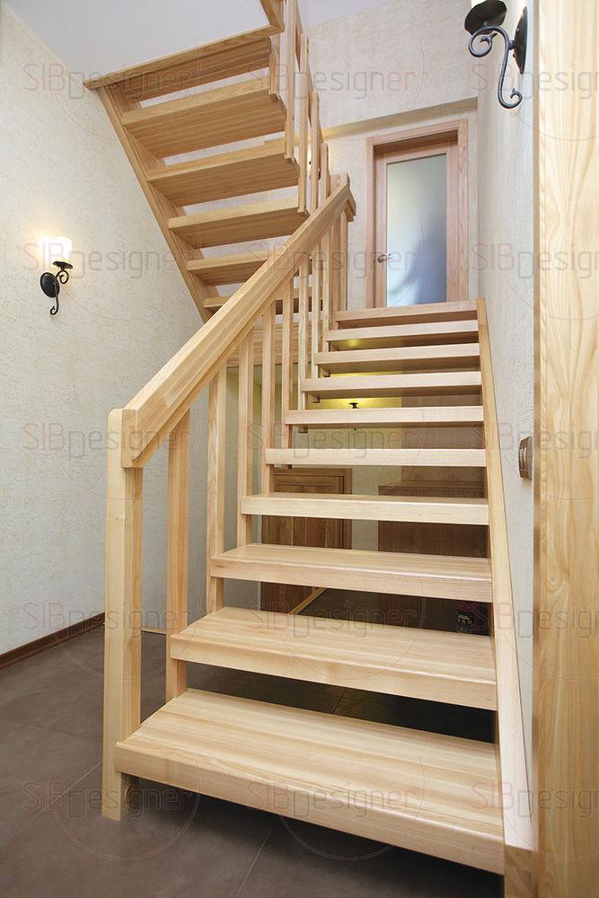 На второй уровень дома ведет лестница из массива.