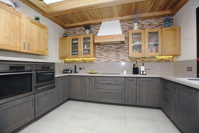 Декоративный камень украшает одну из стен кухни, в кладке угадываются основные оттенки интерьера.