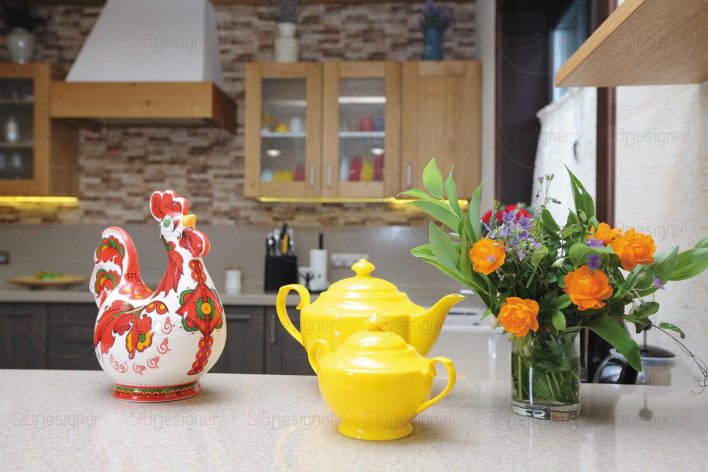 Чтобы разнообразить гамму и избежать монотонности, в кухонном гарнитуре эффектно скомбинировали оттенки фасадов.