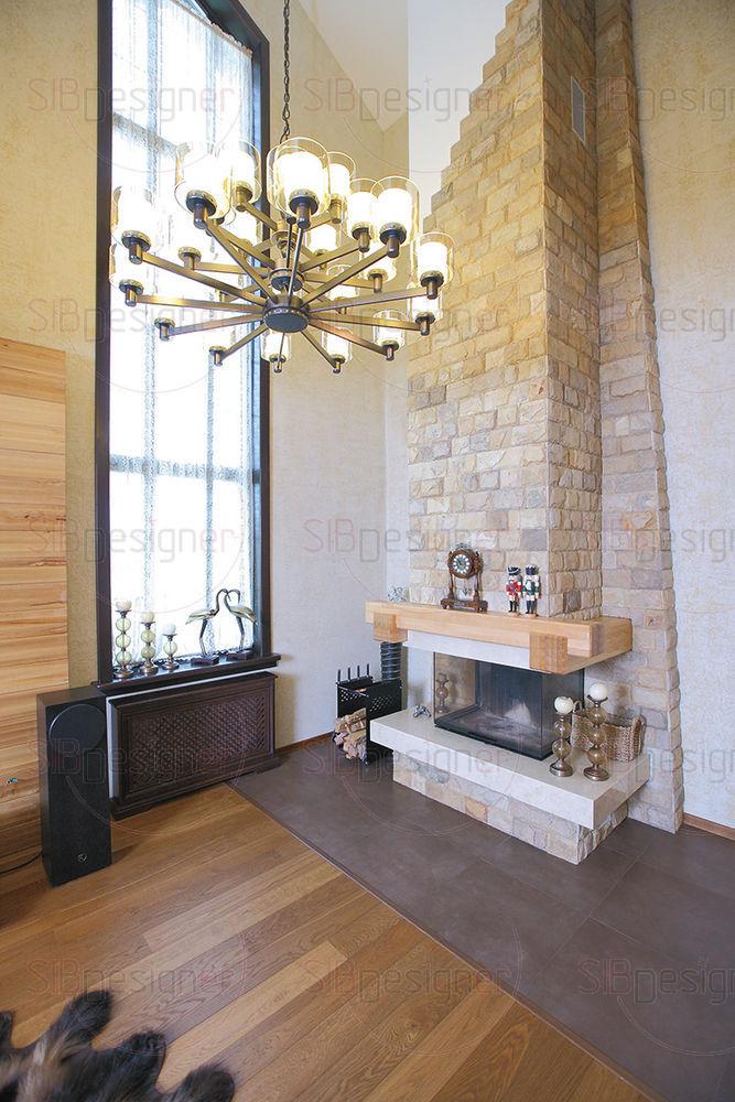 Окна в гостиной и кухне задекорированы кружевным тюлем.