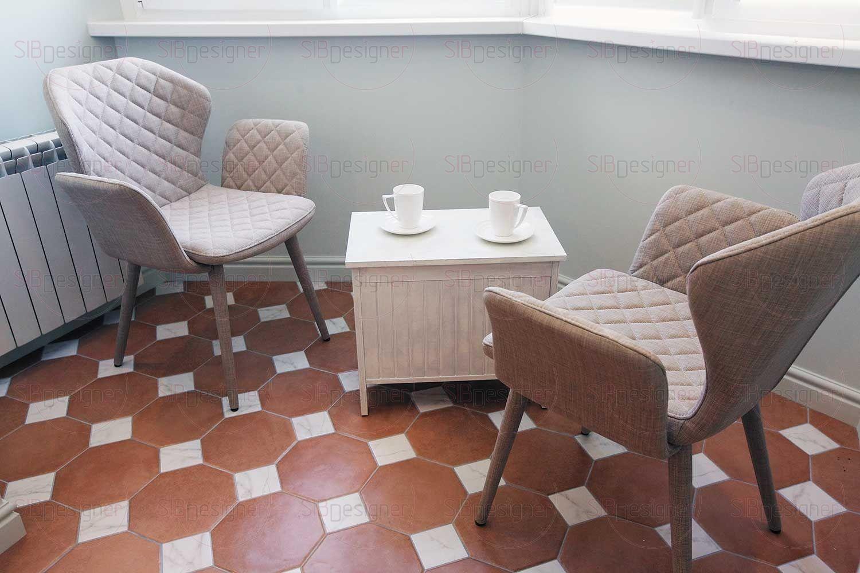 В эркере организована зона отдыха, где супруги могут посидеть за чашечкой кофе и приятной беседой. От солнечных лучей хозяев оградят светонепроницаемые ролло-шторы.