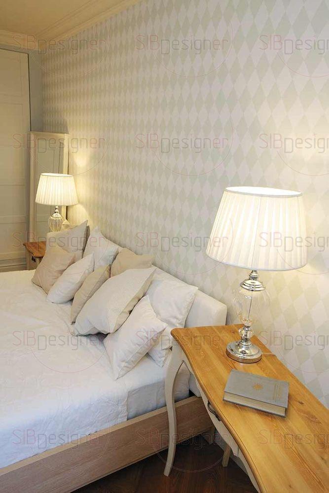Деликатные обои в ромб украсили спальню и придали интерьеру оригинальность.