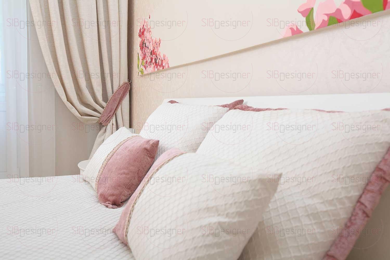 Спальня хозяев почти полностью выполнена в пастельных кремовых тонах.