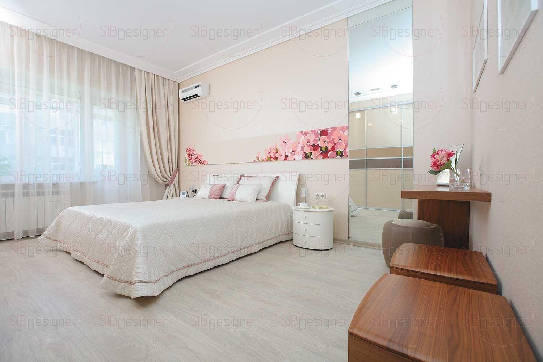Рядом с большим зеркалом до потолка, которое необычно «раскрывает» пространство, предусмотрен компактный туалетный столик.