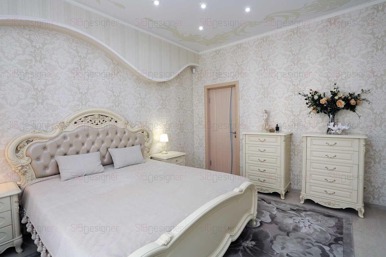 В спальне обустроена система хранения, которая состоит из вместительного плательного шкафа с зеркальными дверцами, за которыми скрыта гардеробная комната. Довершают нежный образ спальни легкие воздушные шторы и светлые обои.