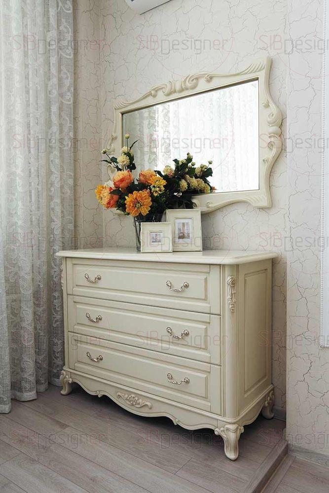 Мебель из натурального дерева украшена искусной резьбой.