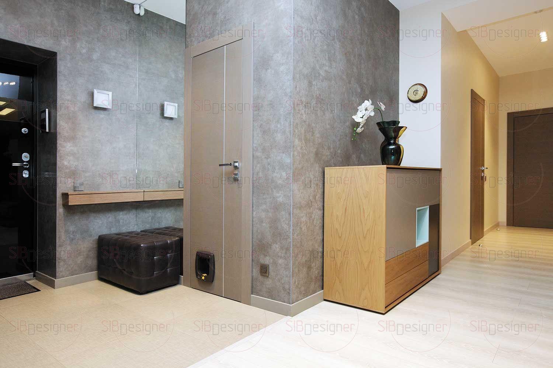 Пол прихожей отделан практичной керамической плиткой, а стены оформлены крупноформатным керамогранитом размером 1х3 метра.