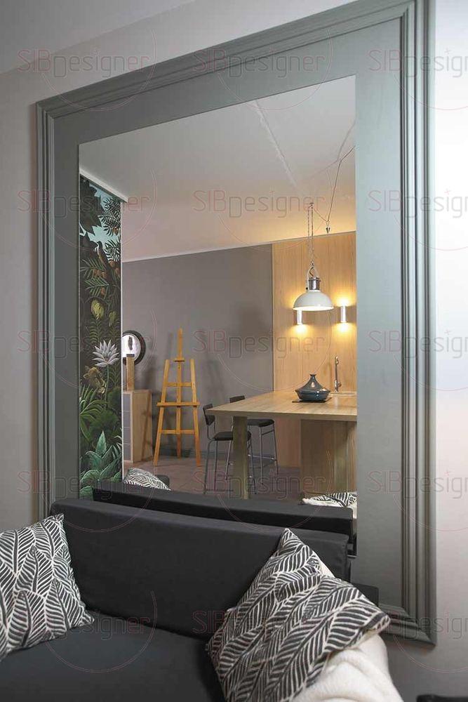 Зона отдыха представлена небольшим черным диваном, позади которого расположилось большое зеркало во всю стену.