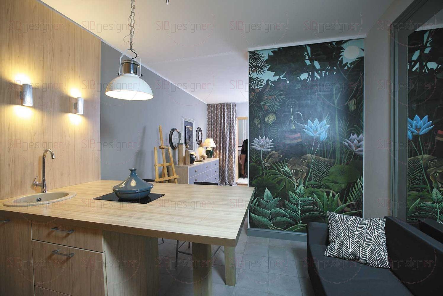 Настоящим украшением зоны отдыха стало художественное панно на стене, отделяющей гостиную от спальни.