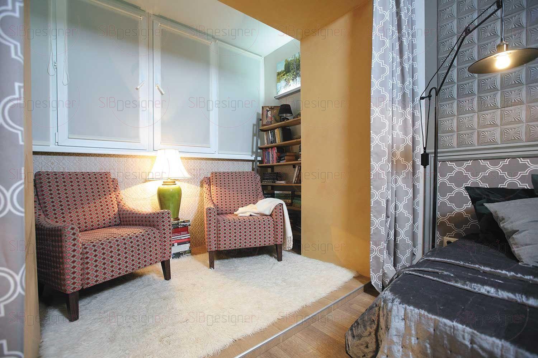 Библиотеку на балконе вполне можно назвать своеобразной комнатой отдыха, для чего тут созданы все необходимые условия: удобные кресла с обивкой в восточном стиле.