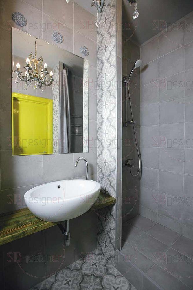 Санузел оформлен серым керамогранитом, а также плиткой с неброским трехцветным орнаментом. 