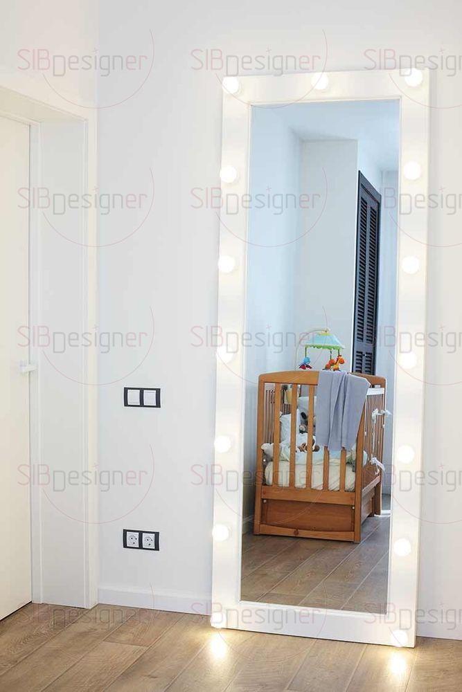 Так называемое гримерное зеркало, рама которого дополнена лампочками, служит необычным украшением интерьера.