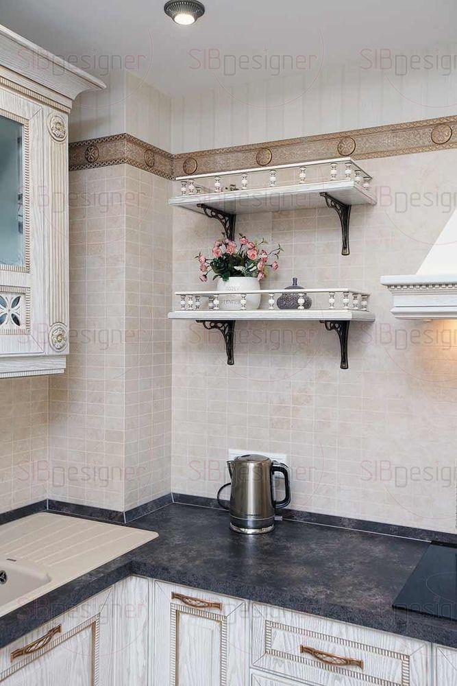 Кухонный гарнитур выполнен из МДФ с покрытием под дерево и пластиковой столешницей.