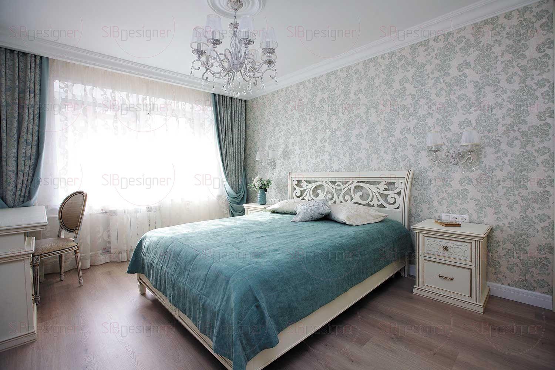 Спальня хозяев также решена в светлых тонах, но у заказчиков было условие: использовать в интерьере комнаты зеленые и бирюзовые оттенки.