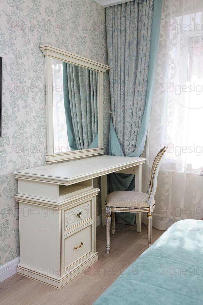 Туалетный столик, стул и зеркало выполнены в едином стиле и прекрасно вписываются в интерьер.