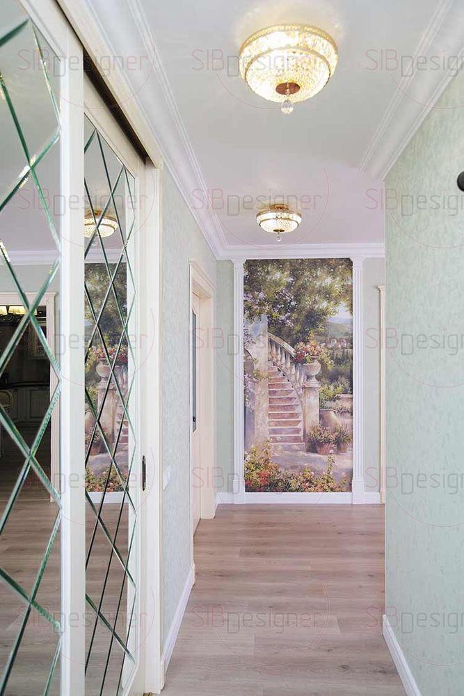Гардеробная в коридоре в виде большого встроенного шкафа облицована зеркальной плиткой.
