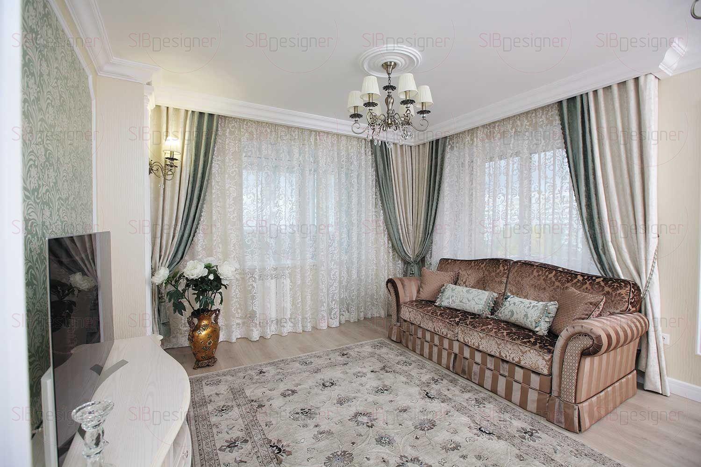 На полу в гостиной (как и во всех жилых помещениях квартиры) уложен ламинат под светлое дерево.
