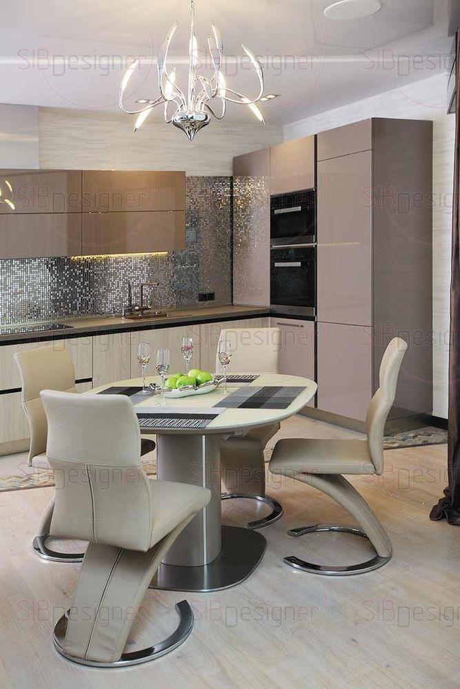 Глянцевые и матовые фасады кухонного гарнитура прекрасно сочетаются с металлической мозаикой фартука.