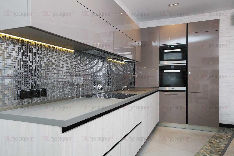 Глянцевое покрытие кухонного гарнитура смотрится очень дорого и качественно. Фартук выполнен из металлической мозаики.