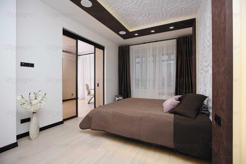 Спальню украшает металлическая ваза с сиреневыми цветами.