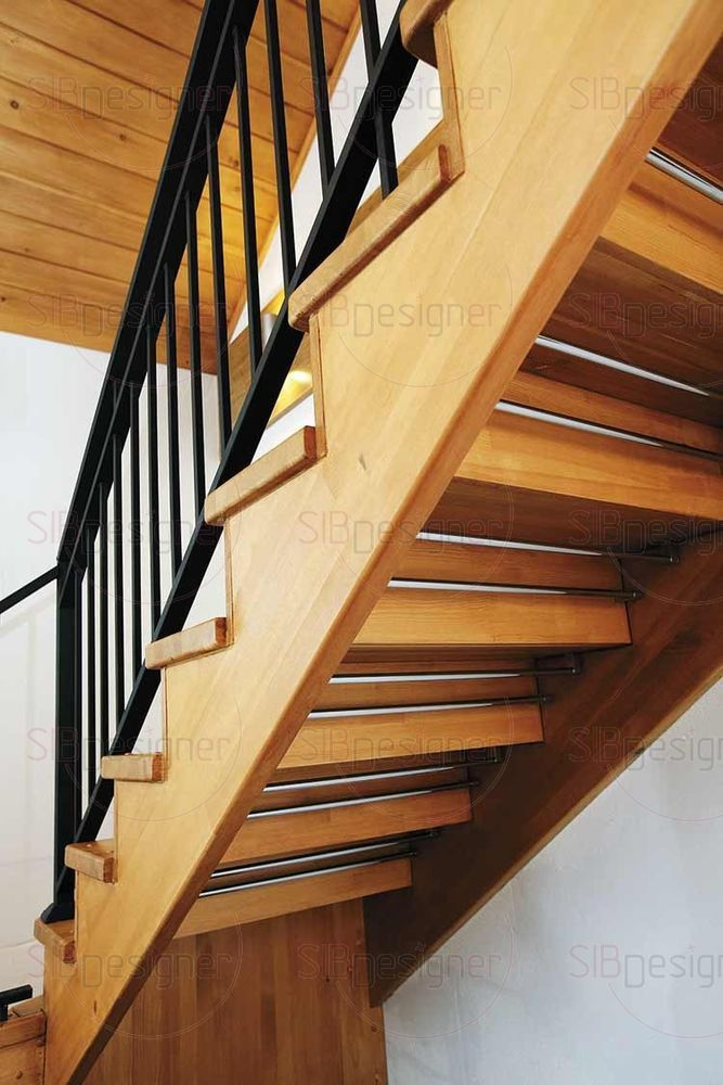 На второй этаж ведет деревянная с графичными металлическими ограждениями лестница.