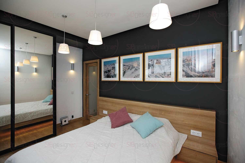 На первом этаже расположилась и компактная гостевая спальня. Здесь все просто и лаконично: шкаф с откатными дверцами, большая двуспальная кровать с подсветкой.