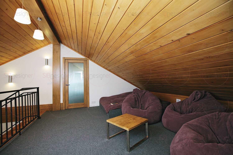 На свободном пространстве второго этажа организован уютный подиум-чилаут с выходом на балкон.