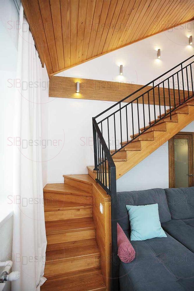 На второй этаж ведет лестница из лиственницы с матовыми металлическими перилами. Путь наверх освещают стильные металлические бра на стене.