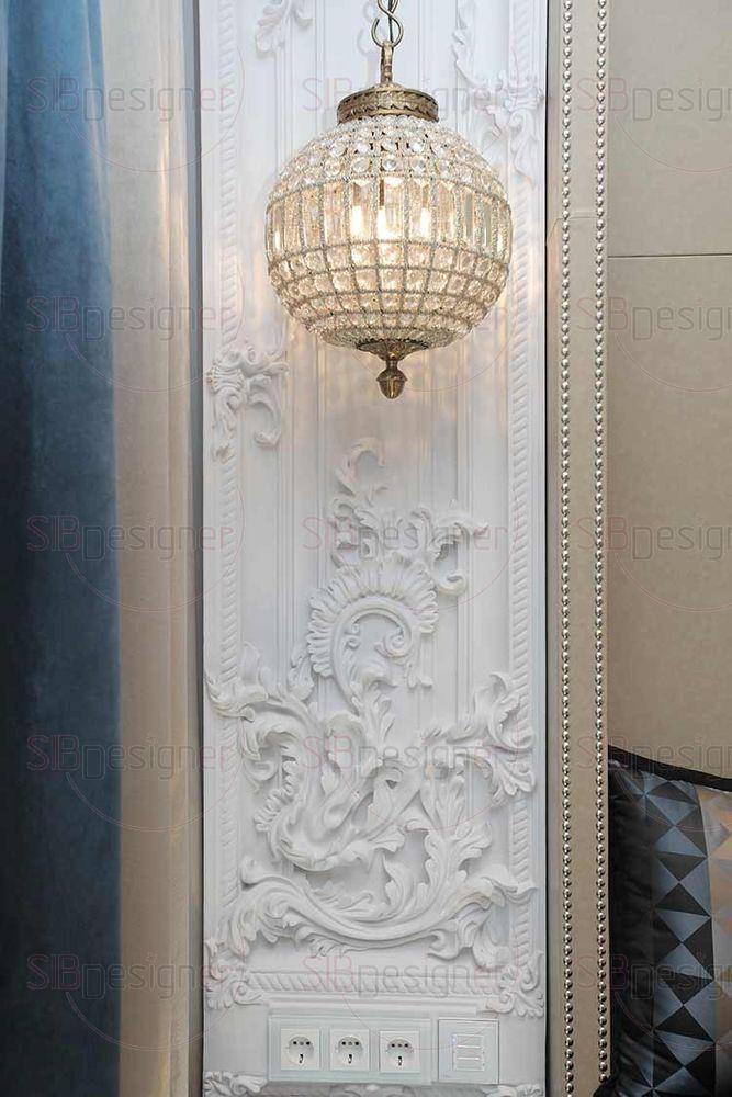 Акцент интерьера спальни – массивные подвесные светильники, выполненные с намеком на марокканский стиль.