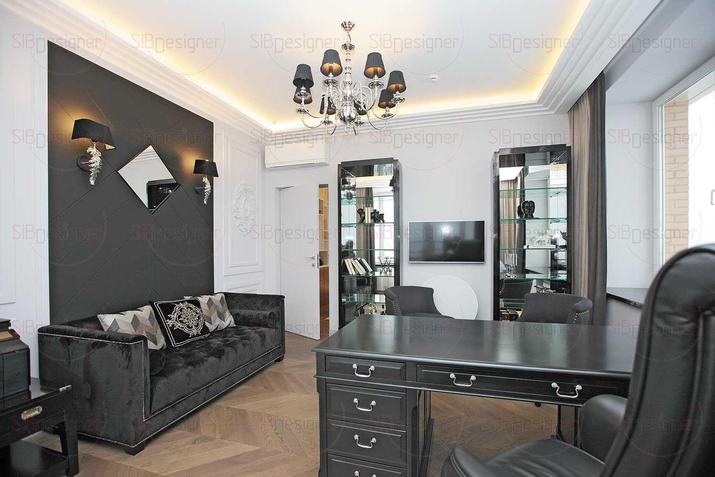 Кабинет многое может сказать о своем владельце. Большой объем черного цвета, классическое построение композиций, присутствие лепнины и идеально чистый стол, на котором нет никаких аксессуаров.