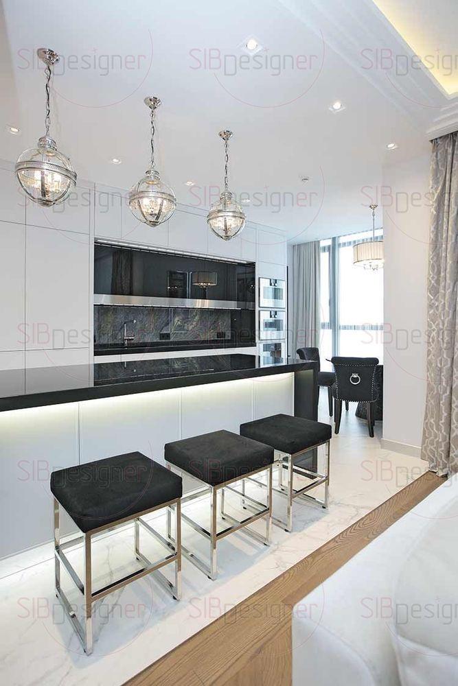 Интерьер кухни ахроматичен, построен на контрасте светлого и черного – характерного для стиля ар-деко.