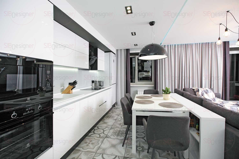 Кухня выглядит предельно лаконично и функционально – сплошной массив белоснежных лакированных шкафов, оснащенных системой пуш-ап и скрытыми ручками.